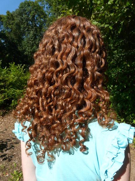 Вьющиеся от природы волосы после нанесения домашнего льняного кондиционера-фиксатора