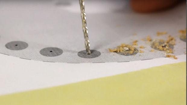 Фиксируем сверло 3 мм и начинаем аккуратно сверлить по точкам, не сильно давя на лист спрессованного дерева