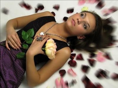 девушка с розой фантазирует мечтает