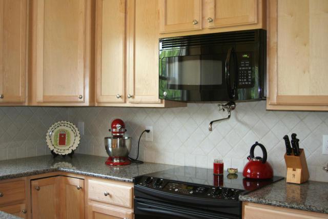Как выбрать современный дизайн рабочей стенки/фартука для кухни - простые ромбы из квадратной плитки