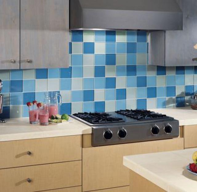 Как выбрать современный дизайн рабочей стенки/фартука для кухни - мозаика из крупной стеклянной плитки