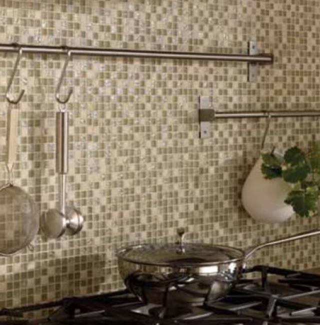 Как выбрать современный дизайн рабочей стенки/фартука для кухни - Стеклянно-каменная мозаика в натуральных коричнево-бежевых оттенках
