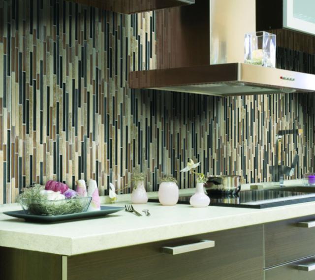 Как выбрать современный дизайн рабочей стенки/фартука для кухни - яркая узкая плитка, положенная вертикально