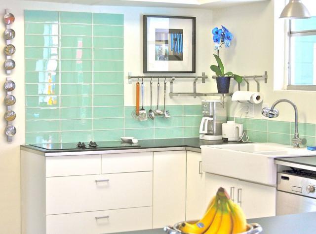 Как выбрать современный дизайн рабочей стенки/фартука для кухни - однотонная плитка цвета прибоя