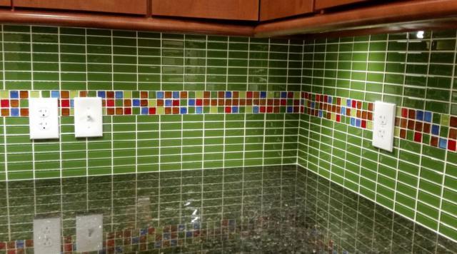 """Как выбрать современный дизайн рабочей стенки/фартука для кухни - лаймовые """"кирпичи"""" и лента из мелкой цветной плитки"""