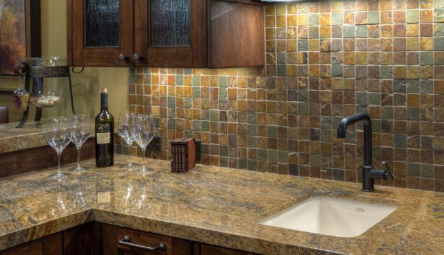 Как выбрать современный дизайн рабочей стенки/фартука для кухни - сельский колотый камень