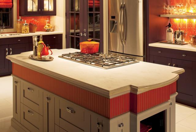 Как выбрать современный дизайн рабочей стенки/фартука для кухни - пламенеющий рыжий, лента из той же плитки повторяется на столешнице со шкафами посреди кухни