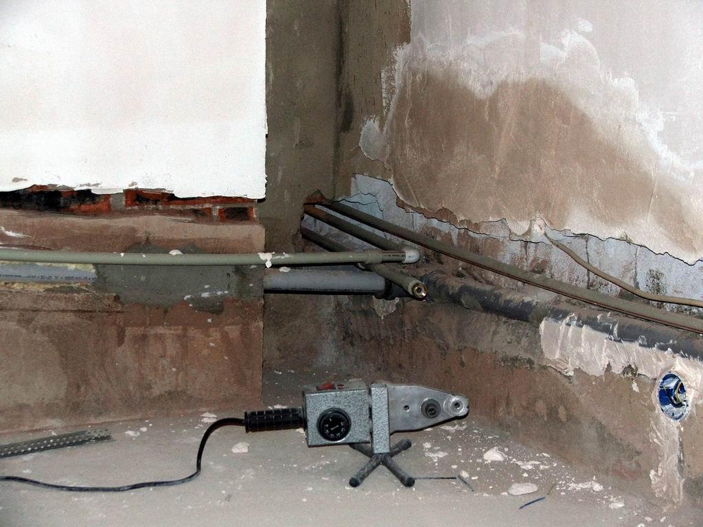 Как правильно убрать водопроводную трубу в стену?