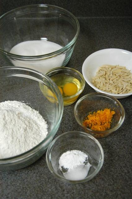 Миски прозрачные на столе: молоко, мука, яйца, морковка, орехи, семечки