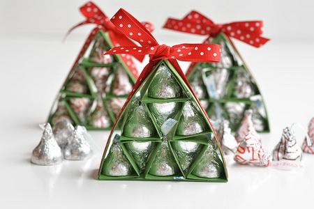 Как упаковать конфеты в виде новогодней елки