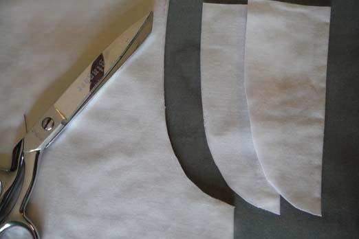сложите ткань, вырежьте проймы по изгибам