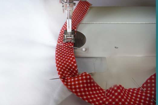 По одной отрезанной ленте заколите булавками в каждой пройме, накладывая сдвоенные срезанные края лент на срезанный край проймы