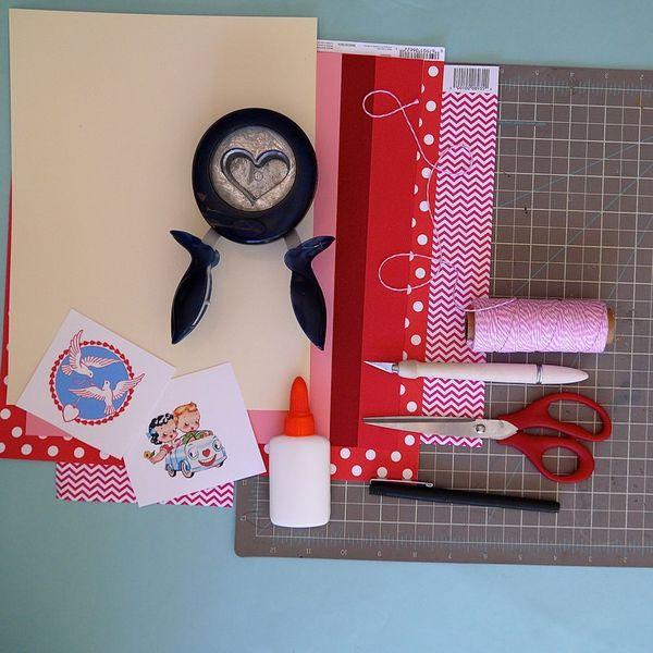 День святого Валентина: открытки, клей, ножницы, дырокол