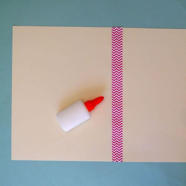 цветной лентой склеиваем две простых открытки