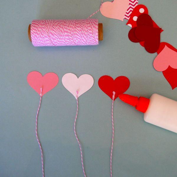 приклеиваем веревочки к сердечкам