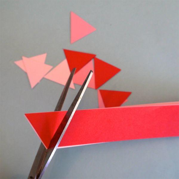 вырезаем треугольники из цветной бумаги