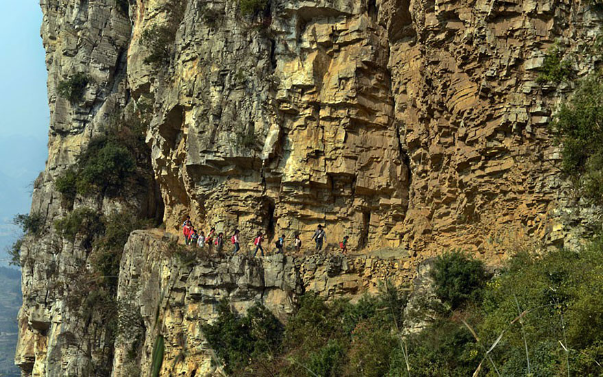 пятичасовой путь через горы по дороге шириной менее полуметра(!) – 30 см на самом деле на многих участках - до, вероятно, самой отдаленной школы в мире. Гулу, Китай.