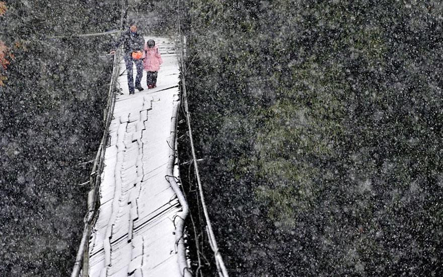 дорога через сломанный мост в метель - Dujiangyan, провинция Сычуань, Китай