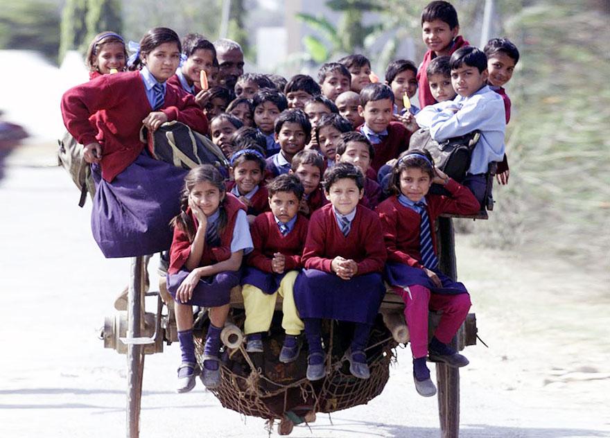 школьники едут из школы на повозке, запряженной лошадью – Дели, Индия