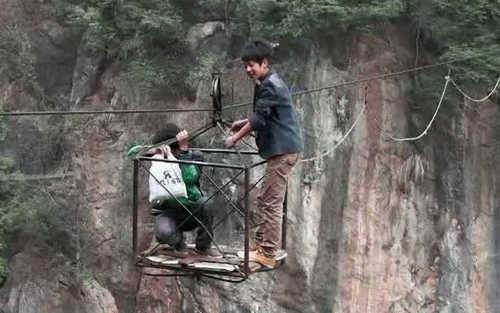 самодельная канатная дорога с минимумом удобств и безопасности над огромным ущельем – Декун, Китай