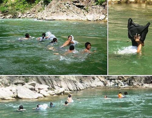 детишки (начиная с первоклассников и заканчивая пятиклассниками) нагишом ежедневно по 2 раза переплывающие очень глубокую реку, как морпехи держа учебные материалы и одежду одной рукой над водой