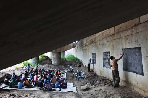 школа под мостом в Нью-Дели для детей из трущоб