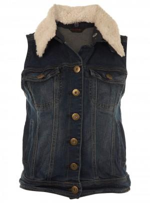 Она предлагает «наслаивать» жакеты-безрукавки на кофты и рубашки, а сверху на них одевать обычные жакеты/куртки для городского образа слоями