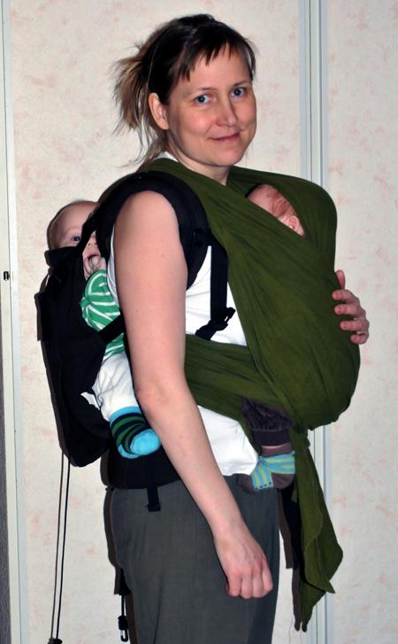 два реенка на маме: в слинге и в рюкзаке