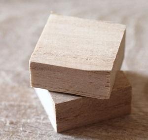 А пока наклеиваем 2 деревянных бруска один на другой стопкой, причем второй поворачиваем на 45 градусов по отношению к первому