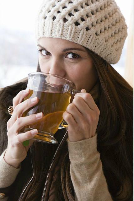 девушка пьет горячий чай
