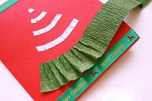 """Объемную елочку на подарок можно сделать и более симпатичную - например, еще и из крепированной/гофрированной бумаги """"юбками"""" в несколько уровней"""