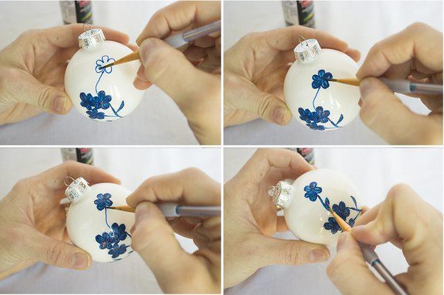 Здесь белые елочные шары разукрашены от руки в трендовом стиле шинуазри