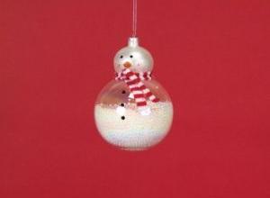 Елочная игрушка: снеговик, склеенный из елочных шаров двух размеров