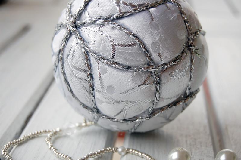 Между тканью и жестким шаром-основой можно положить тонкий слой мягкой набивки (или за основу сразу взять поролоновый шар), тогда после обвязывания шара декоративной бечевкой получится вот такой эффект