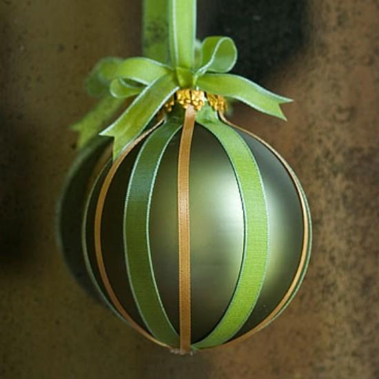 Иногда, чтобы украсить елочный шарик, достаточно просто грамотно подобранных лент