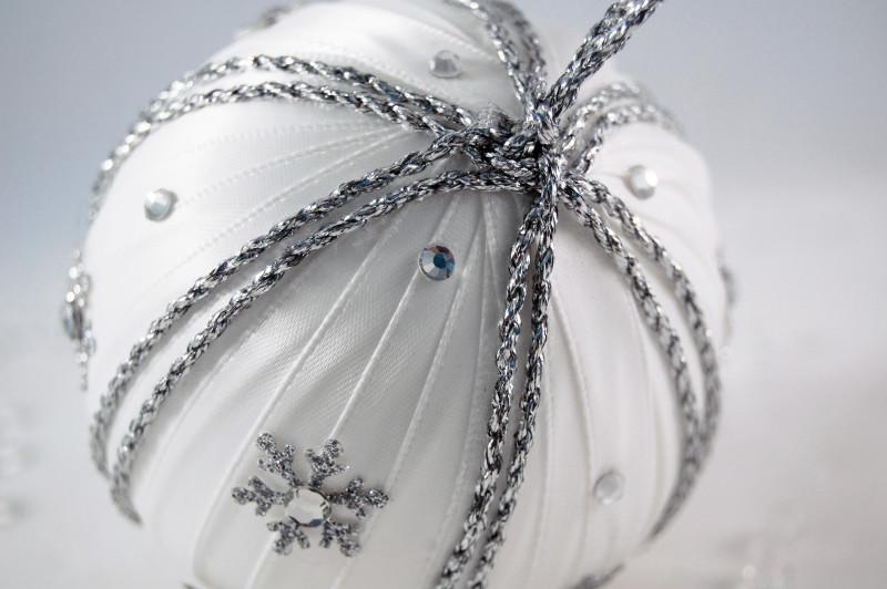А сделать пряжу, тонкий шнурок или декоративные мулине более прочными (или сложенную из них фигурку - как звезда здесь) можно, нанеся на готовую фигурку горячий или другой прозрачный клей
