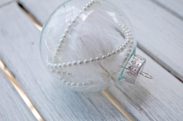 Как делать елочные игрушки своими руками: сценки и отдельные элементы в прозрачных пластиковых шарах, перья и бусы под жемчуг - винтаж