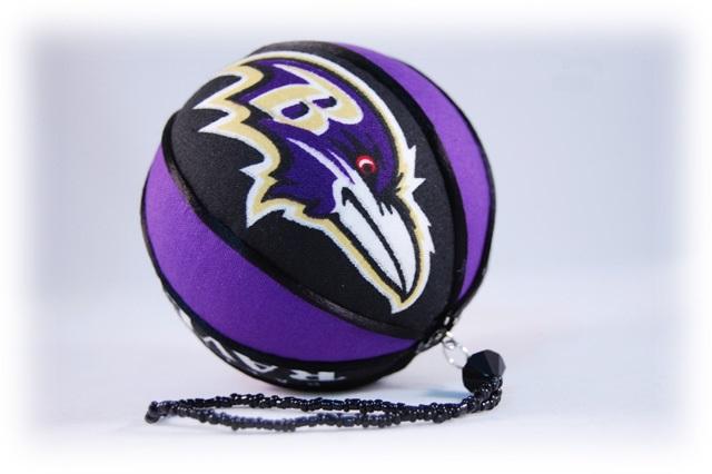 Новогодний шар в спортивном стиле: более строгий дизайн и эмблема спортивной команды