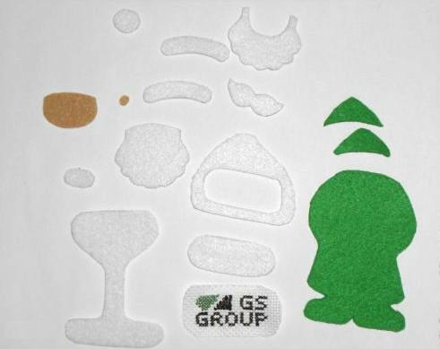 Из отдельных деталей полностью склеиваются/сшиваются по отдельности передняя и задняя части Деда Мороза