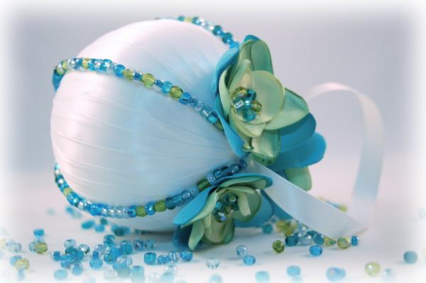 Если вам необходимо выложить одинаковыми бусинами ровную дорожку на шаре, нанизывайте бусины на прочную нитку и крепите на шар уже нитку, а не бусины по отдельности. Или берите для этих целей готовые дешевые бусы.