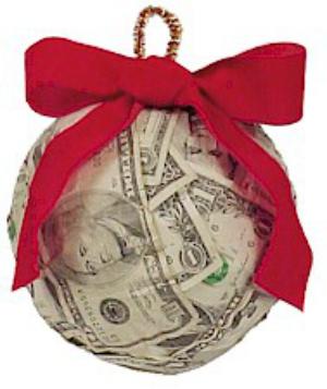 Если не жалко однодолларовых купюр, сделайте вот такой счастливый денежный шарик на елку, например, методом декупажа