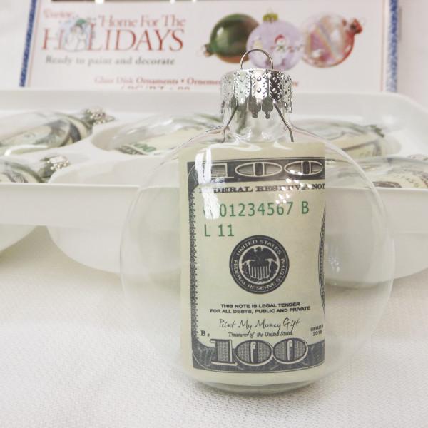 Вложите свернутые 100 долларов в прозрачный шар - и повесьте счастливый денежный шар на елку