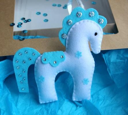 Как делать елочные игрушки своими руками: фетр, набор игрушек со стразами, лошадка