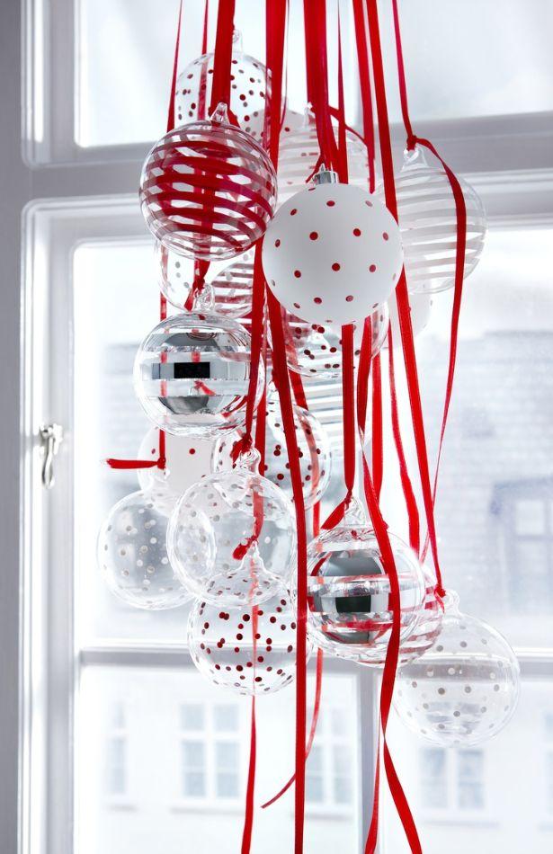 Акриловая краска в совокупности с липкой лентой на елочных шарах позволяет создать прекрасные орнаменты