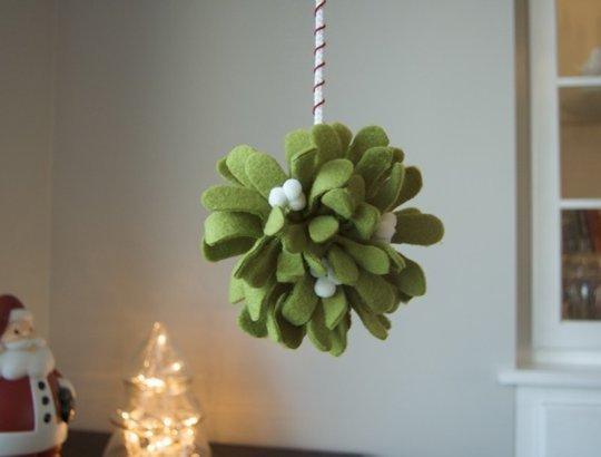 Как делать елочные игрушки своими руками: фетр, объемные игрушки - шарик омелы