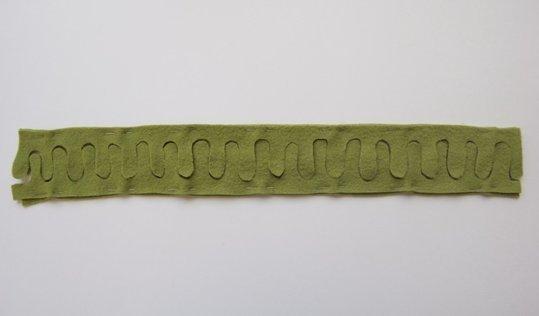 Как делать елочные игрушки своими руками: фетр, объемные игрушки - разрезаем полоску пополам формовой бахромой