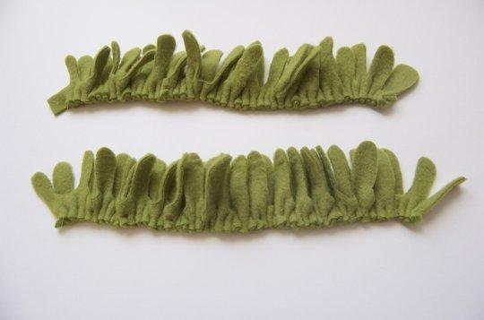 Снизу сшиваем сдвоенные полоски на швейной машинке обычным прямым швом с самым большим шагом. Аккуратно вытягивая одну нитку, равномерно присбираем детали.