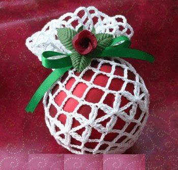 Один из самых быстрых и простых способов украсить непонравившийся новогодний шар, придать ему шарма и индивидуальности – обернуть его в кружевную салфетку на манер мешочка, а затем добавить сверху покупные рождественско-новогодние веточки