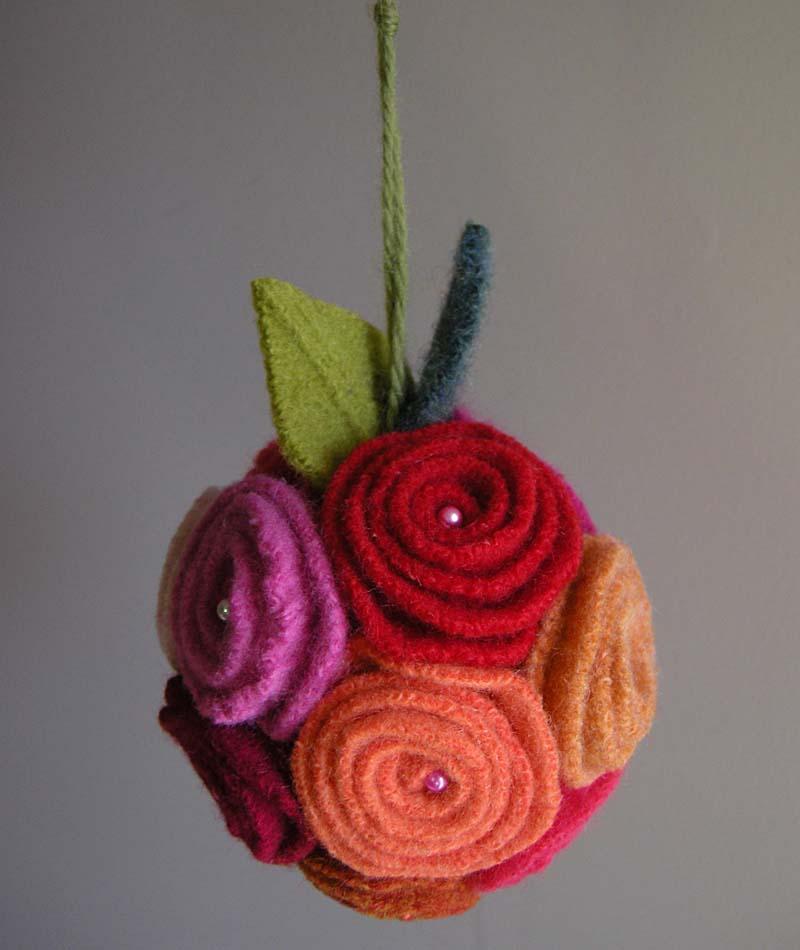 Как делать елочные игрушки своими руками: фетр, объемные игрушки - шар из фетровых роз