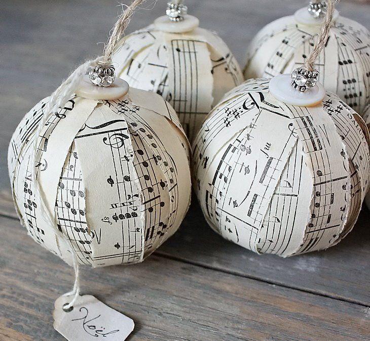 Иногда, чтобы украсить елочный шарик, достаточно просто грамотно подобранных полосок - ноты